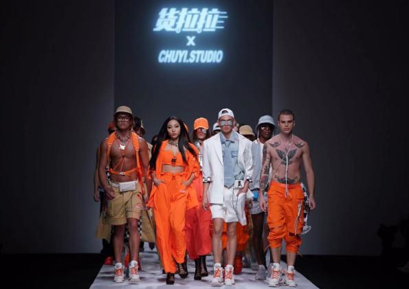 亚洲人成视频在线播放拉为司机定制小橙衣 炫酷亮相上海时装周